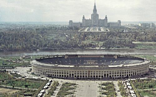 Открытие стадиона «Лужники» состоялось 31 июля 1956 года. Это был открытый стадион на 100 тыс. мест.Первый на стадионе матч сборная РСФСР провела со сборной КНР.