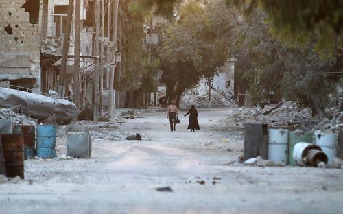 <p><strong>Ситуация в&nbsp;Алеппо</strong></p>  <p>Алеппо&nbsp;&mdash;&nbsp;один из&nbsp;крупнейших городов в&nbsp;Сирии. До войны в&nbsp;городе проживали&nbsp;2,4 млн человек. К 2016 году это число сократилось до&nbsp;300&nbsp;тыс.</p>  <p>Находится Алеппо на&nbsp;севере одноименной провинции, что&nbsp;позволяет контролирующим его войскам беспрепятственно выйти к&nbsp;турецкой границе. Из-за того что&nbsp;Алеппо находится на&nbsp;пересечении нескольких важнейших магистралей, и&nbsp;оппозиция, и&nbsp;правительственные войска пытаются захватить его с&nbsp;2012 года. Ни одной из&nbsp;сторон не&nbsp;удалось за&nbsp;четыре года установить полный контроль над городом. Однако &laquo;Сирийская свободная армия&raquo;, боевики &laquo;Джабхат Фатх аш-Шам&raquo; (бывшая &laquo;Джабхат ан-Нусра&raquo;) и&nbsp;другие группировки удерживают восточные районы города, что&nbsp;не&nbsp;позволяет правительственной армии захватить город.</p>  <p>Обстановка в&nbsp;Алеппо вновь обострилась после&nbsp;того, как&nbsp;19 сентября сирийская армия объявила о&nbsp;выходе из&nbsp;режима перемирия. Асад 22 сентября начал масштабную операцию по&nbsp;освобождению от&nbsp;повстанцев восточных районов города. 27 сентября правительственные войска продвинулись к&nbsp;центру Алеппо, отбив часть подконтрольного повстанцам квартала Фарафра. Ситуация в&nbsp;Алеппо вызвала обеспокоенность мирового сообщества, происходящее назвали &laquo;крупнейшей гуманитарной катастрофой со&nbsp;времен Второй мировой войны&raquo;. О точном количестве пострадавших во&nbsp;время последних атак неизвестно. Установлено, что&nbsp;в&nbsp;результате&nbsp;авиаударов была разрушена водонапорная башня, а&nbsp;также одно из&nbsp;отделений главной городской больницы.</p>