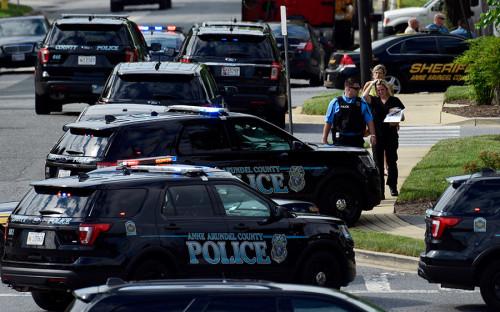 <p>По словам одного из сотрудников, стрельба началась около 14:40 по местному времени. Неизвестный открыл огонь прямо через стеклянную дверь редакции</p>