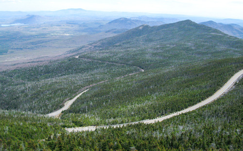 """<p><span style=""""line-height: 23.2727279663086px;"""">Самой дорогой в&nbsp;пересчете на&nbsp;километр <a href=""""http://www.mojomotors.com/blog/most-expensive-tolls-in-the-united-states/"""">является</a> дорога Whiteface Mountain Memorial Highway в&nbsp;штате Нью-Йорк. Ее&nbsp;протяженность составляет 8&nbsp;миль (12,6 км), а&nbsp;стоимость проезда по&nbsp;ней достигает </span><span style=""""line-height: 23.2727279663086px;"""">$0,87</span><strong style=""""line-height: 23.2727279663086px;""""> (48,6&nbsp;руб.) </strong><span style=""""line-height: 23.2727279663086px;"""">за 1&nbsp;км&nbsp;(здесь и&nbsp;далее&nbsp;&mdash; по&nbsp;курсу ЦБ&nbsp;на 10&nbsp;июня 2015 года)</span><span style=""""line-height: 23.2727279663086px;"""">. За&nbsp;каждого пассажира взимается дополнительная плата $8.</span></p>  <p>В&nbsp;США не&nbsp;существует единой системы оплаты для дорог, которые входят в&nbsp;систему автомагистралей между штатами. Ее&nbsp;протяженность превышает 77&nbsp;тыс.&nbsp;км. Платными из&nbsp;них являются участки, общая протяженность которых достигает&nbsp;4,7&nbsp;тыс.&nbsp;км. Платных автотрасс больше на&nbsp;северо-востоке, в&nbsp;то время как на&nbsp;западном побережье и&nbsp;юге они встречаются реже. Ресурсы для путешественников регулярно составляют список самых дорогих автомобильных маршрутов и&nbsp;трасс. Весной сайт cost2drive <a href=""""http://beta.costtodrive.com/2015/03/the-most-expensive-toll-routes-in-america/"""">назвал</a> поездку из&nbsp;Чикаго в&nbsp;Филадельфию и&nbsp;обратно самым дорогим маршрутом, объединяющим несколько платных трасс. Одна миля (1,6 км) обойдется автовладельцу в&nbsp;$0,095, или&nbsp;5,31&nbsp;руб., а&nbsp;вся поездка&nbsp;&mdash; в&nbsp;$139,10 (7,7&nbsp;тыс.&nbsp;руб.)</p>"""