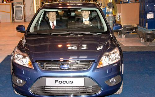 """<p><strong>Ford Focus</strong></p>  <p>Безусловный фаворит у сотрудников ведомств, чей автопарк проанализировал РБК. На эту бюджетную модель приходится <span style=""""color:#800000;""""><span style=""""font-size: 18px;""""><strong>20%</strong></span></span> всех служебных автомобилей, попавших в нашу выборку</p>  <hr /> <p><em><span style=""""font-size:14px;"""">На фото: губернатор Ленинградской области Валерий Сердюков и&nbsp;вице-президент по&nbsp;производству Ford Motor Company в&nbsp;Европе Джим Тетро (слева направо) съезжают с&nbsp;конвейера на&nbsp;новом Ford Focus</span></em></p>"""