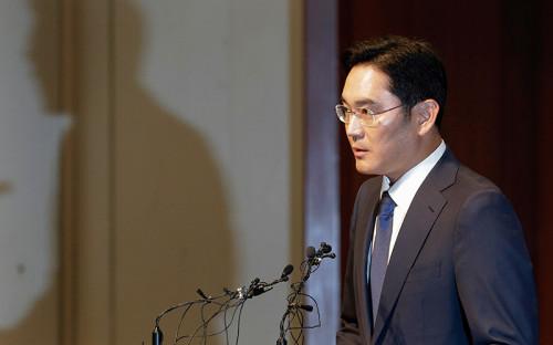 """<p>49-летний миллиардер и глава Samsung Group Ли Чже Ён, находящийся под стражей с февраля, <a href=""""http://www.rbc.ru/rbcfreenews/5979aed59a794766dc3f1dae"""">обвиняется</a> в передаче взятки в 43,3 млрд вонов ($38 млн) и других коррупционных эпизодах, связанных с бывшим президентом Южной Кореи Пак Кын Хе. 7 августа 2017 года агентство Yonhap сообщило о требовании прокуратуры Южной Кореи осудить Ли Чже Ёна на 12 лет тюрьмы. По версии следствия, он оказывал &laquo;неоправданную финансовую поддержку&raquo; бывшего главы государства в обмен на согласование государственным пенсионным фондом слияния двух филиалов Samsung C&amp;T Corp. и Cheil Industries Inc.</p>  <p>Незадолго до этого Samsung <a href=""""https://news.samsung.com/global/samsung-electronics-announces-second-quarter-2017-results"""">опубликовала</a> пресс-релиз, в котором говорится о рекордной прибыли компании в $9,9 млрд во втором квартале 2017 года.</p>  <p>Samsung подписал консалтинговый контракт на сумму $18,3 млн в августе 2015 года с немецкой компанией, которая принадлежит причастной к скандалу приближенной к президенту Чхве Сун Силь. По факту деньги, переведенные на счет находящейся в Германии компании, ушли на оплату конных тренировок ее дочери.<br /> </p>"""