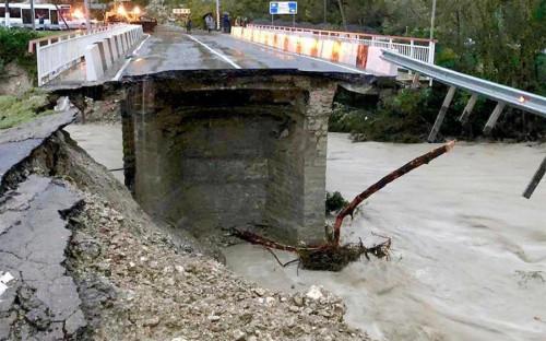 """24 октября в Туапсинском районе за шесть часов <a href=""""https://kuban.rbc.ru/krasnodar/freenews/5bd080119a79475f504fe351"""">выпала</a> месячная норма осадков. Стихия разрушила мост на реке Макопсе на трассе между Сочи и Туапсе"""