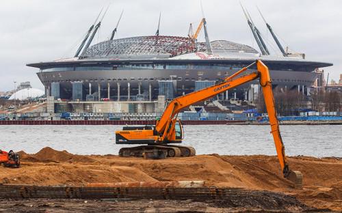 <p><strong>Стадион в Санкт-Петербурге*</strong></p>  <p><strong>Вместимость</strong>: 68,134 тыс. зрительских мест.*</p>  <p><strong>Бюджет строительства</strong>:&nbsp;39,2 млрд&nbsp;руб.</p>  <p><strong>Источник финансирования</strong>: бюджет Санкт-Петербурга.</p>  <p><strong>Подрядчик: </strong>корпорация &laquo;Трансстрой&raquo;.</p>  <p>Стадион в&nbsp;Петербурге&nbsp;&mdash;&nbsp;самый дорогой из&nbsp;тех, что&nbsp;строятся к&nbsp;чемпионату мира в&nbsp;2018 году. Он будет крытым и&nbsp;с&nbsp;выкатывающимся полем. В 2017 году на&nbsp;нем пройдут матчи Кубка конфедераций. Стадион будет домашней ареной для&nbsp;футбольного клуба &laquo;Зенит&raquo;.</p>  <p>Арену на&nbsp;Крестовском острове начали строить в&nbsp;2007 году, расходы тогда планировались на&nbsp;уровне&nbsp;6,7 млрд&nbsp;руб. В 2013 году проект подорожал до&nbsp;34,9 млрд, а&nbsp;1 июня заксобрание Петербурга увеличило смету еще на&nbsp;4,3 млрд руб. из-за&nbsp;дополнительных расходов на&nbsp;обеспечение безопасности стадиона, изменения курса рубля и&nbsp;подорожавшего строительного оборудования.</p>  <p>В мае делегация FIFA побывала на&nbsp;стадионе и&nbsp;выразила недовольство темпами строительства. На сайте FIFA появилось сообщение, что&nbsp;организация ждет пояснений от&nbsp;властей города в&nbsp;течение&nbsp;следующих двух недель о&nbsp;проблемах строительства. По словам гендиректора оргкомитета &laquo;Россия-2018&raquo; Алексея Сорокина, стадион планируется достроить к&nbsp;концу 2016 года и&nbsp;власти города дали гарантии, что&nbsp;уложатся в&nbsp;срок.</p>  <p><em>*здесь и&nbsp;далее названия&nbsp;стадионов и&nbsp;данные вместимости взяты с&nbsp;сайта FIFA</em></p>