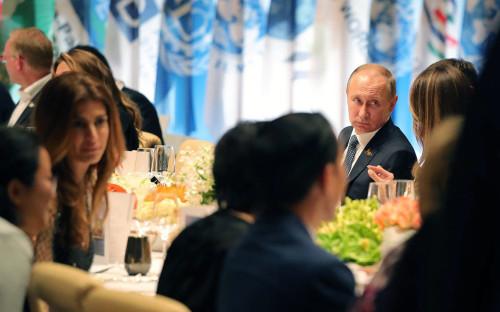 <p>Президент России Владимир Путин (второй справа) на торжественном приеме для участников саммита G20 в Гамбурге</p>