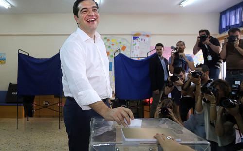 Премьер-министр Греции АлексисЦипрас голосует на избирательном участке в Афинах