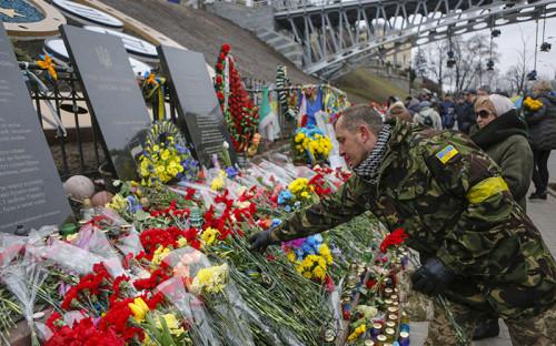 <p>Люди возлагают цветы в&nbsp;память о&nbsp;героях Небесной сотни, погибших во&nbsp;время противостояния на&nbsp;Майдане в&nbsp;феврале 2014 года</p>
