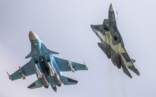 """<p><strong>Су-34</strong></p>  <p>Самый современный российский самолет, участвующий в&nbsp;операции в&nbsp;небе над&nbsp;Сирией,&nbsp;&mdash; <span style=""""line-height: 25.6px;"""">ист</span><span style=""""line-height: 25.6px;"""">ребитель-бомбардировщик </span><span style=""""line-height: 1.6;"""">Су-34. Он также&nbsp;классифицируется как&nbsp;фронтовой бомбардировщик, так&nbsp;как&nbsp;способен наносить точные удары не&nbsp;только&nbsp;в&nbsp;тактической, но&nbsp;и в&nbsp;оперативной глубине территории противника. Официально самолет принят на&nbsp;вооружение только&nbsp;в&nbsp;2014 году, но&nbsp;разрабатывался еще с&nbsp;конца 1980-</span>х<span style=""""line-height: 1.6;"""">. Некоторые эксперты приписывают Су-34 участие в&nbsp;войне в&nbsp;Южной Осетии в&nbsp;2008 году. </span><span style=""""line-height: 1.6;"""">Среди достоинств&nbsp;&mdash;&nbsp;высокая маневренность на&nbsp;низких высотах, титановая кабина, защищающая экипаж из&nbsp;двух пилотов, современное навигационное, прицельное оборудование и&nbsp;радар. Развивает скорость до&nbsp;1900 км/</span>ч<span style=""""line-height: 1.6;"""">. Максимальная дальность&nbsp;&mdash; 4500&nbsp;км без&nbsp;дозаправки, потолок&nbsp;&mdash;&nbsp;более 14&nbsp;тыс. </span>м<span style=""""line-height: 1.6;""""> над&nbsp;уровнем моря. 12 точек подвески позволяют нести до&nbsp;8 т боеприпасов. По официальным сообщениям </span>Минобороны<span style=""""line-height: 1.6;"""">, в&nbsp;Сирии Су-34 использует корректируемые 500-килограммовые бомбы КАБ-500 и&nbsp;ракеты Х-29Л с&nbsp;лазерным наведением. Пока на&nbsp;российской авиабазе в&nbsp;</span>Латакии<span style=""""line-height: 1.6;""""> были замечены шесть подобных машин.</span></p>  <p><span style=""""line-height: 1.6;""""><em>На фото: Фронтовой бомбардировщик Су-34 и&nbsp;российский многоцелевой истребитель пятого поколения&nbsp;&mdash;&nbsp;перспективный авиационный комплекс фронтовой авиации (ПАК ФА) Т-50 (слева направо) </em></span></p>"""