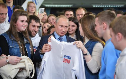 Владимир Путин во время встречи с волонтерами в своем предвыборном штабе в Гостином Дворе в Москве