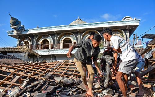"""<p>5 августа в Индонезии произошло землетрясение магнитудой 7. Основной удар пришелся на северную часть страны &mdash; остров Ломбок &mdash; и чувствовался на Бали, где <a href=""""https://www.rbc.ru/rbcfreenews/5b67e6319a79474d7e28999a"""">погибли</a> два человека.</p>"""