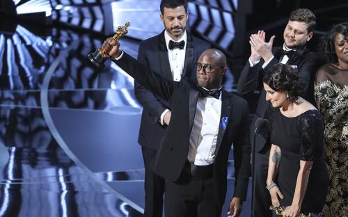 <p>Автор сценария и&nbsp;режиссер фильма &laquo;Лунный свет&raquo; Барри Дженкинс держит статуэтку &laquo;Оскара&raquo;, присужденную киноакадемиками за&nbsp;лучший фильм 2017 года. Справа от&nbsp;него&nbsp;&mdash;&nbsp;продюсер фильма Адель Романски.</p>