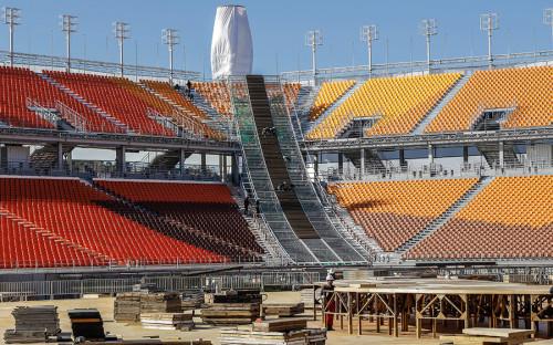 <p>XXIII Зимние Олимпийские игры пройдут в южнокорейском Пхёнчхане с 9 по 25 февраля 2018 года. Церемония открытия и закрытия Олимпиады пройдет на главном стадионе в Пхёнчана. Его строительство началось в 2014 году, открыли стадион только в сентябре 2017 года. Он находится в двух километрах от курорта Альпенсия, где пройдет большинство соревнований Олимпиады.</p>