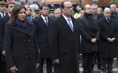 <p>Президент Франции Франсуа Олланд и&nbsp;мэр Парижа Анн Идальго во&nbsp;время траурного мероприятия рядом&nbsp;с&nbsp;кафе, где&nbsp;террористы открыли стрельбу по&nbsp;посетителям </p>