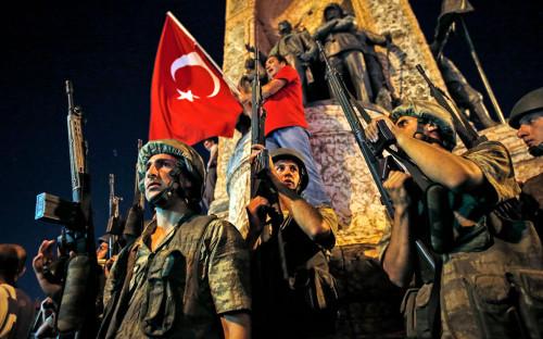 Турецкий солдат на площади Таксим в центральной части Стамбула. 16 июля 2016 года<br /> &nbsp;