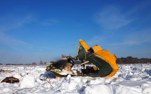 Обломки на месте крушения пассажирского самолета Ан-148