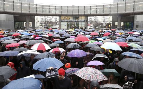 """<p><strong>Расстрел редакции Charlie Hebdo</strong></p>  <p>Одним из&nbsp;лейтмотивов 2015 года стала нарастающая угроза международного терроризма. Она проявилась уже в&nbsp;первую неделю января: 7 января двое исламистов&nbsp;&mdash;&nbsp;братья Саид и&nbsp;Шериф Куаши&nbsp;&mdash;&nbsp;устроили стрельбу в&nbsp;редакции парижского сатирического еженедельника Charlie Hebdo. Жертвами теракта стали 12 человек, в&nbsp;том числе главный редактор издания Стефан Шарбонье. Братья Куаши&nbsp;были уничтожены спустя&nbsp;два дня в&nbsp;ходе спецоперации французской полиции. Их сообщника,&nbsp;Амеди Кулибали, который&nbsp;9 января захватил в&nbsp;Париже магазин кошерных продуктов, также ликвидировали&nbsp;полицейские. Ответственность за&nbsp;теракт взяла на&nbsp;себя йеменская ячейка &laquo;Аль-Каиды&raquo;. В <a href=""""http://www.rbc.ru/photoreport/08/01/2015/54adb4599a79471fe584a5d4"""">шествиях памяти</a> по&nbsp;всей Франции приняли участие около&nbsp;3 млн человек, а&nbsp;к&nbsp;акции в&nbsp;Париже присоединились около&nbsp;40 мировых лидеров: канцлер Германии Ангела Меркель, премьер Великобритании Дэвид Кэмерон, лидеры Италии и&nbsp;Израиля Маттео Ренци и&nbsp;Биньямин Нетаньяху. Россию представлял глава МИДа Сергей Лавров. Акции памяти прошли также&nbsp;в&nbsp;Лондоне, Берлине, Гааге, Вене и&nbsp;других городах Европы</p>  <p><em><strong>На фото:</strong>&nbsp;члены Европарламента и&nbsp;жители Брюсселя 8 января во&nbsp;время минуты молчания в&nbsp;память о&nbsp;жертвах нападения на&nbsp;Charlie Hebdo</em></p>"""