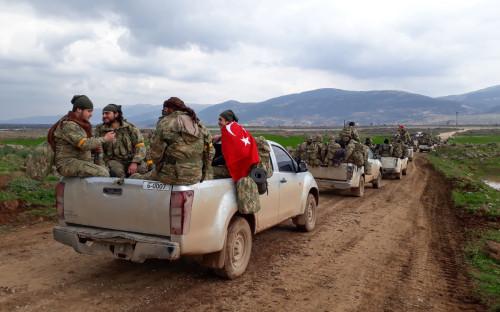 <p>Турецкие военные движутся по направлению к приграничной деревне около&nbsp;города&nbsp;Кельтепе в провинции Хатай. 21 января 2018 года</p>