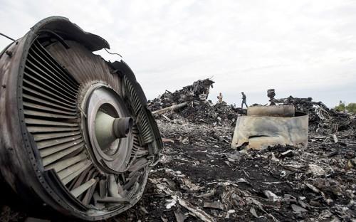 """Члены миссии ОБСЕ работают на месте крушения """"Боинга"""" Malaysia Airlines"""