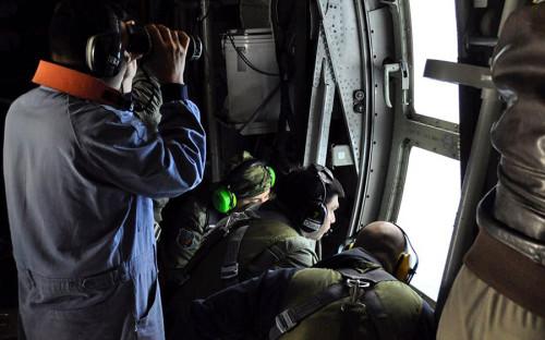 <p>Помощь в поисковой операции властям Аргентины оказывают спасатели США, Бразилии, Великобритании, Чили и других стран. В ней задействованы 4 тыс. человек и около 30 самолетов и судов. По словам представителей аргентинских военно-воздушных сил, экипаж подлодки может уже скоро достичь критического уровня содержания кислорода.</p>