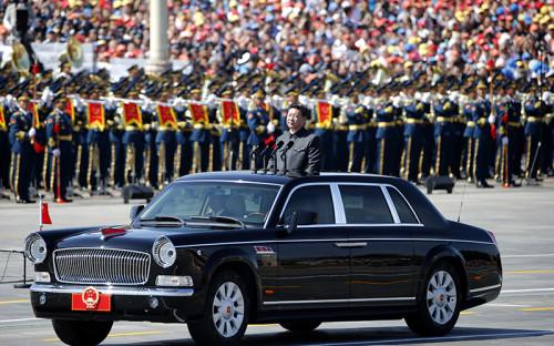 <p>Председатель Китайской Народной Республики Си Цзиньпин на&nbsp;торжествах в&nbsp;честь 70-летия победы в&nbsp;войне против&nbsp;Японии и&nbsp;окончания Второй мировой войны. Глава КНР лично принимает парад, объезжая выстроившиеся расчеты<br /> <br /> &nbsp;</p>