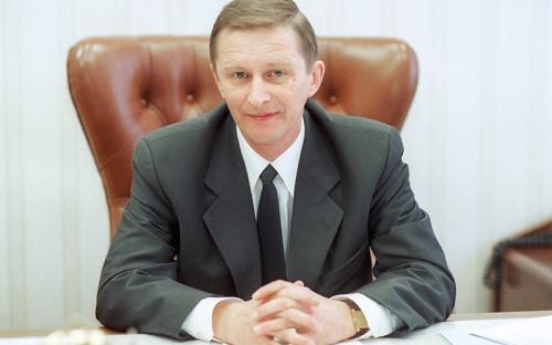 <p><strong>Иванов в&nbsp;политике</strong></p>  <p>Публичной фигурой Сергей Иванов стал сразу, после&nbsp;того&nbsp;как&nbsp;Владимир Путин был назначен председателем правительства, &mdash;&nbsp;в&nbsp;1999 году. Знакомого Путина еще по&nbsp;службе в&nbsp;КГБ (в интервью Иванов признавался, что&nbsp;с&nbsp;Путиным они были соседями по&nbsp;кабинетам в&nbsp;ленинградском главке КГБ) в&nbsp;ноябре 1999 года назначили секретарем Совета безопасности, где&nbsp;он проработал до&nbsp;2000 года. Когда Путин выиграл на&nbsp;выборах президента в&nbsp;начале 2000 года, он сделал Иванова постоянным членом Совбеза.</p>