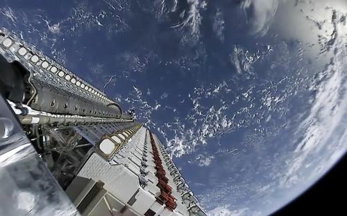 Пакет спутников Starlink до отделения от разгонного блока