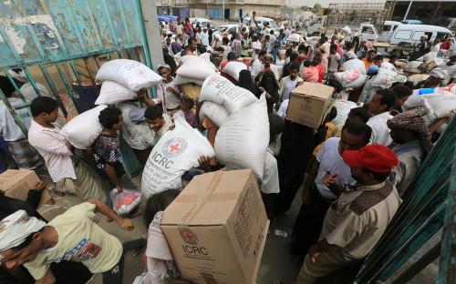 Распределение гуманитарной помощи отМеждународного комитета Красного Креста вгороде Ходейда, Йемен. 21 июля 2018 года