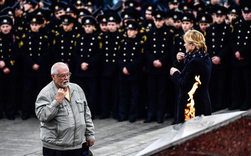 Участники митинга противтерроризма впамять ожертвах теракта вметро Санкт-Петербурга у мемориала «Боевая слава ТОФ» воВладивостоке