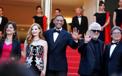 Председатель жюри 70-го Каннского кинофестиваля режиссер Педро Альмодовар (второй справа) и&nbsp;другие члены жюри&nbsp;&mdash;&nbsp;актер Уилл Смит (в центре), актрисы Агнес Жауи (слева) и&nbsp;Джессика Честейн<br /> 