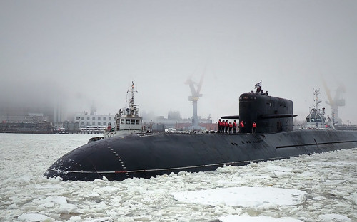 <p>Корабли этого типа предназначены для нанесения ударов баллистическими ракетами по стратегически важным военно-промышленным объектам противника.</p>  <p>На вооружении у ВМФ России 13 ракетных подводных крейсеров&nbsp;стратегического назначения, в том числе восемь на вооружении у Северного флота и пять &mdash; у Тихоокеанского.</p>  <p>Это шесть ракетных крейсеров проекта 667БДРМ &laquo;Дельфин&raquo;, три ракетных крейсера проекта 667БДР &laquo;Кальмар&raquo;, три атомных ракетных подводных крейсера проекта 955 &laquo;Борей&raquo;, а также один тяжелый атомный ракетный подводный крейсер проекта 941УМ &laquo;Дмитрий Донской&raquo;.</p>  <p><strong>Арктическая экспедиция</strong></p>  <p>Приписанная к Северному флоту подводная лодка специального назначения БС-136 &laquo;Оренбург&raquo; проекта 09786 представляет собой модернизированную субмарину проекта 667БДР &laquo;Кальмар&raquo;. Во время экспедиции по сбору информации в арктической зоне в 2012 году &laquo;Оренбург&raquo; был носителем уникальной атомной глубоководной станции, которая собирала образцы грунта для уточнения высокоширотной границы континентального шельфа в Арктике.</p>  <p>Подводная лодка &laquo;Подмосковье&raquo; проекта 667БДРМ &laquo;Дельфин&raquo; также была модернизирована по проекту 09787, оснащена глубоководным аппаратом специального назначения и передана ВМФ в декабре 2016 года. В составе флота она заменит БС-136 &laquo;Оренбург&raquo;.</p>