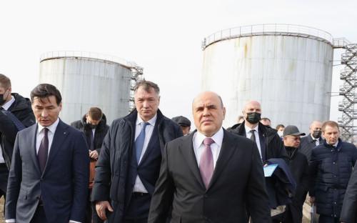 Бату Хасиков, Марат Хуснуллин и Михаил Мишустин (на переднем плане, слева направо) во время осмотра инфраструктуры Ики-Бурульского группового водопровода в Калмыкии