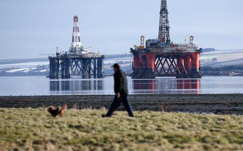 <p>Впервые с&nbsp;начала ХХ века вопрос о&nbsp;независимости Шотландии был поднят в&nbsp;1970-х годах, когда&nbsp;британская компания Shell UK Limited начала освоение нефтяного месторождения в&nbsp;Северном море, давшего впоследствии название марке нефти Brent. Ближайшей к&nbsp;месторождению сушей были Шетландские острова (одна из&nbsp;областей Шотландии). Шотландская национальная партия (ШНП), избираясь в&nbsp;парламент Великобритании в&nbsp;1974 году, построила кампанию, утверждая,&nbsp;что, хотя&nbsp;месторождение и&nbsp;находится в&nbsp;шотландском секторе, контроля над&nbsp;добычей у Шотландии&nbsp;нет. С учетом нефтяного кризиса 1973 года эта позиция получила отклик. Под слоганом &laquo;Это шотландская нефть&raquo; партия вошла в&nbsp;палату общин, получив 12 мест.</p>