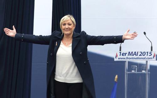 <p><strong>Марин Ле&nbsp;Пен, Франция.</strong></p>  <p>В январе 2011 года сменила своего отца Жан-Мари Ле Пена на посту президента партии &laquo;Национальный фронт&raquo;, после чего принялась радикально менять имидж партии. Если при прежнем руководстве политика партии характеризовалась крайним национализмом вплоть до антисемитизма и исламофобии, Марин Ле Пен стала обращаться к проблемам внешней политики (евроскептицизм, противодействие НАТО), антиглобализму и протекционизму в торговле.</p>  <p>Стремление Марин Ле Пен вывести партию из маргинального&nbsp;дискурса принесло свои плоды: на последних общефранцузских выборах (в Европарламент в мае 2014 года) &laquo;Национальный фронт&raquo; занял первое место с 25% голосов. Движению партии с края в центр политического поля мешает отец нынешнего лидера Жан-Мари Ле&nbsp;Пен, который нередко вызывает скандалы своими расистскими высказываниями. В мае 2015 года&nbsp;после одного из таких случаев (политик назвал холокост &laquo;лишь одним из эпизодов истории&raquo;)&nbsp;Марин Ле Пен настояла на&nbsp;том, чтобы членство ее отца в партии было приостановлено, однако в начале июля суд города Нантер, куда обратился пожилой политик, аннулировал это решение</p>