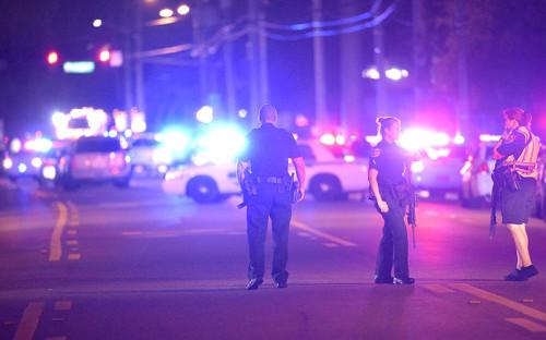 <p>Полицейские рядом&nbsp;с&nbsp;ночным клубом Pulse</p>
