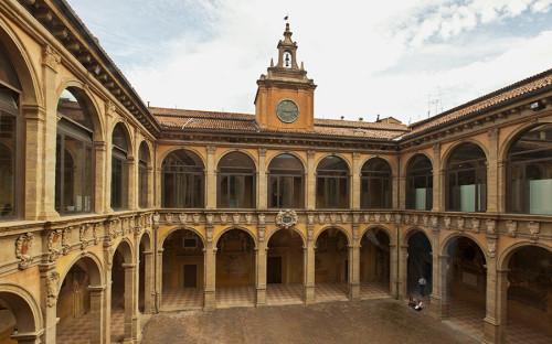 <p>Первое место в списке&nbsp;по версии журнала&nbsp;занял Болонский университет. Он был основан в 1088 году и считается старейшим в мире. Среди университетских&nbsp;зданий &mdash; Палаццо Поджи,&nbsp;один из главных дворцов Болоньи. Сегодня в нем располагаются три музея Болонского университета, а также ряд экспозиций с экспонатами по истории естественных наук, анатомии, акушерству, физике и химии. Кроме того, на территории учебного заведения расположен ботанический сад площадью 2 га.</p>