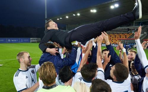 Футболисты молодежной сборной России качают главного тренера команды Михаила Галактионова<br /> &nbsp;