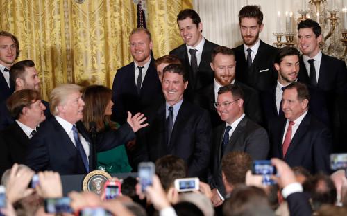 <p>Дональд Трамп поздравляет команду &laquo;Питтсбург Пингвинс&raquo;</p>