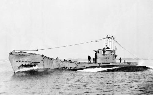 """<p><strong>16 апреля 1951 года</strong> субмарина Affray покинула порт приписки для участия в учениях. На борту находилось 75 человек. Вскоре подлодка перестала выходить на связь. Ее удалось обнаружить лишь через два месяца на глубине около 90&nbsp;м в водах&nbsp;Ла-Манша. Выживших на борту не оказалось. Установить окончательную причину гибели корабля так и не удалось. <a href=""""http://www.bbc.com/news/world-europe-guernsey-13135764"""">Официальное расследование</a> пришло к выводу об усталости металла в одном из узлов, отвечающем за снабжение воздухом. По другой версии, причиной послужил взрыв на борту.</p>"""