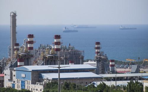 Почему дешевеют нефть и российский рубль