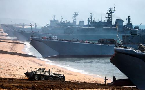 Большие десантные корабли ВМФ России и военная техника во время межвидовых учений Вооруженных сил РФ на полигоне Опукв Крыму