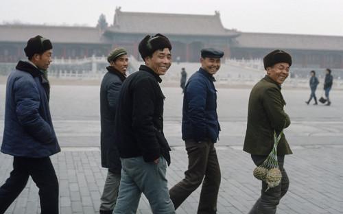 """<p>После расстрела протестующих на площади Тяньаньмэнь в Пекине 4 июня 1989 года президент США Джордж Буш-старший приостановил всю торговлю оружием с Китаем. Месяц спустя двустороннюю торговлю вооружениями с Китаем приостановили страны &laquo;Большой семерки&raquo;. Впоследствии США также ограничили экспорт высокотехнологичной продукции в КНР и временно отменили режим наибольшего благоприятствования в торговле с Китаем &mdash; все из-за событий на площади Тяньаньмэнь. Улучшение китайско-американских отношений началось при Билле Клинтоне. В 1998 году он стал первым за десятилетие президентом США, посетившим Китай. Несмотря на снятие большинства торговых ограничений, США и Евросоюз до сих пор <a href=""""http://www.rbc.ru/photoreport/19/06/2014/57041e389a794760d3d3f504"""">сохраняют</a> запрет на торговлю оружием с КНР.&nbsp;</p>  <p>31 июля 2017 года СМИ <a href=""""http://www.rbc.ru/politics/31/07/2017/597ed2209a794758eed5d929"""">сообщили</a> о подготовке США новых санкций против Китая.&nbsp;</p>  <p></p>"""