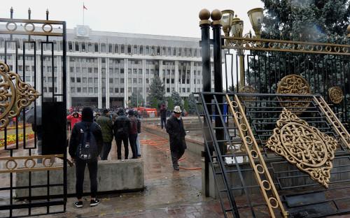 Протестующие у Дома правительства Киргизии