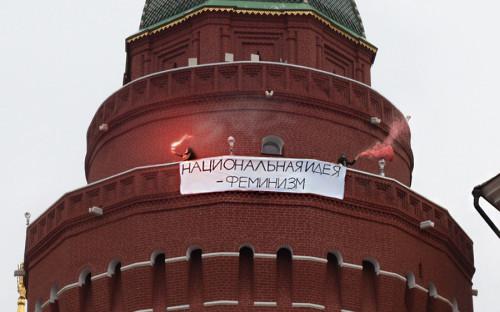 <p><strong>Фотография с&nbsp;акции феминисток на&nbsp;башне Кремля оказалась фейком</strong></p>