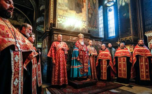 Глава Украинской православной церквиКиевского патриархата Филарет(в центре)