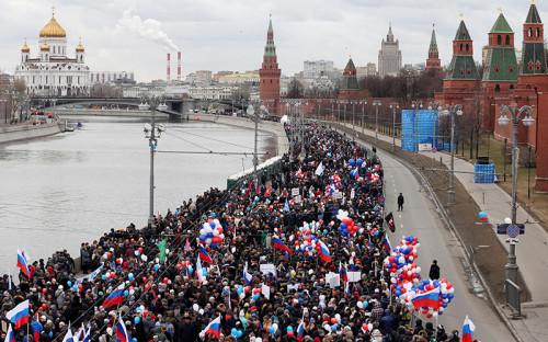 """По оценкам столичной полиции, в митинге-концерте """"Мы вместе!"""" приняли участие около 100 тысяч человек. концерт проходил на Васильевском спуске, участники также заняли набережную, Большой Москворецкий мост и близлежащие улицы."""