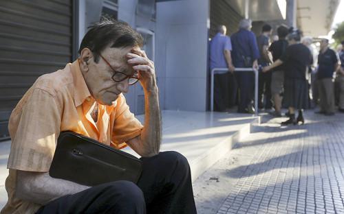 <p>77-летний мужчина около отделения Национального банка Греции ждет своей очереди, чтобы попытаться забрать пенсию&nbsp;&nbsp;</p>  <p></p>