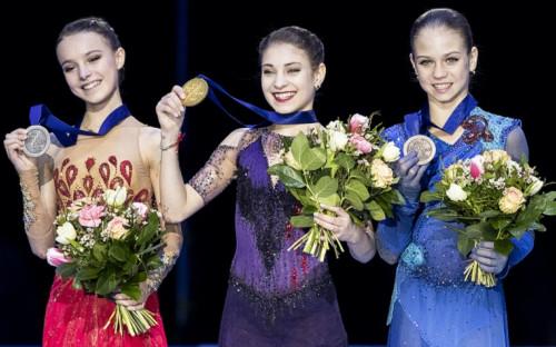 Анна Щербакова, Алена Косторная и Александра Трусова во время церемонии награждения на чемпионате Европы по фигурному катанию 2020 года<br /> &nbsp;