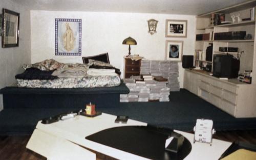 """<p>В 1991 году колумбийский наркобарон Пабло Эскобар сдался властям. В обмен на признательные показания по некоторым обвинениям он получил право отбывать свой пятилетний срок в тюрьме &laquo;Ла Катедраль&raquo;, которую построили по его пожеланиям. Тюрьма <a href=""""http://www.nytimes.com/1992/07/23/world/colombian-drug-baron-escapes-luxurious-prison-after-gunfight.html"""">представляла</a> собой роскошный особняк с двуспальными кроватями, спутниковым телевидением, бассейном, джакузи, тренажерным залом, баром и т.п. Вскоре подробности содержания знаменитого преступника стали достоянием прессы, а власти узнали, что Эскобар продолжает управлять своей империей из заключения, и решили перевести его в другую тюрьму. Тогда наркобарон сбежал. Через полтора года он был убит при задержании.</p>  <p>&laquo;Ла Катедраль&raquo; долгое время оставалась заброшенной. Все находящееся там имущество было конфисковано. За годы запустения тюрьму опустошили мародеры, а прилегающие к ней земли раскапывали искатели, которые надеялись найти там спрятанные (по легенде) сокровища Эскобара. В 2007 году в здании поселились монахи-бенедиктинцы, которые основали там дом для престарелых и приют для бездомных. Также тюрьма сегодня открыта для туристических экскурсий.</p>"""