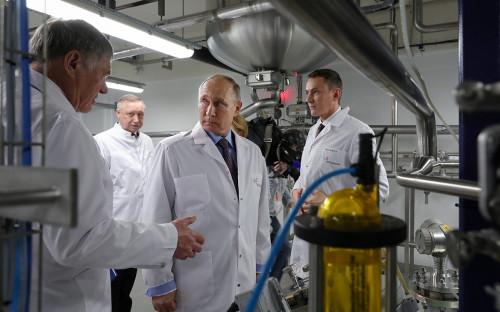 Владимир Путин (в центре) на предприятии отечественного производителя биотехнологических препаратов