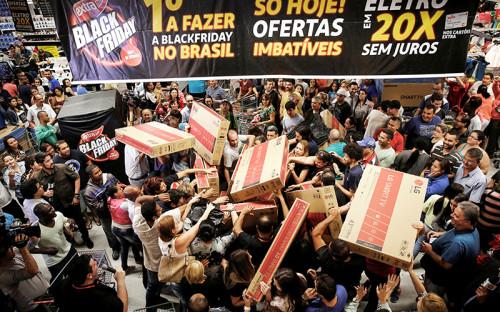 <p>Жители бразильского Сан-Паулу покупают телевизоры в одном из торговых центров города</p>